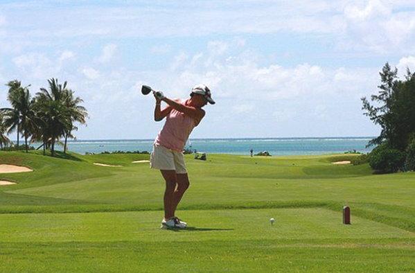 Abschlag Golferin - Meerblick