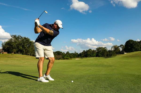 Golfspieler - Gewinner am Abschlag